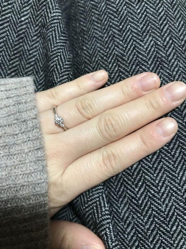サプライズでプロポーズしてもらった際に婚約指輪を頂きました!