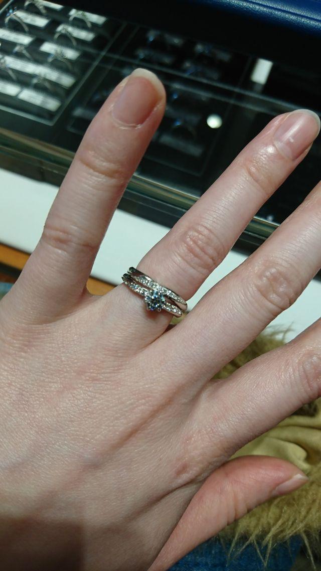 上が結婚指輪。下は婚約指輪です。