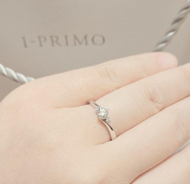 メインのダイヤモンドの両隣にもダイヤモンドがあるタイプ