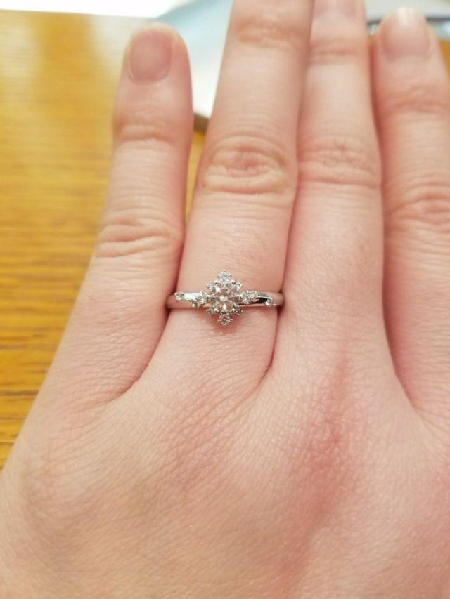 ひし形のデザインの婚約指輪です。0.3カラットです。