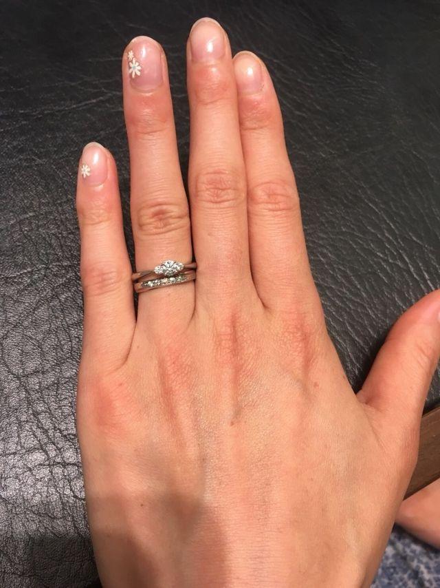 結婚指輪と重ねづけした婚約指輪。