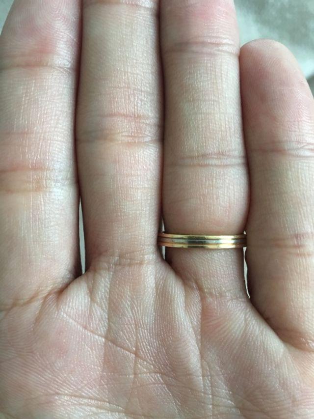 シンプルそしてある程度の華やかさが欲しいと思い探していました。この指輪は、まさに理想のデザインでカッコいいと思いました。毎日つけるものなので、つけ心地にもこだわりがあったのですが…