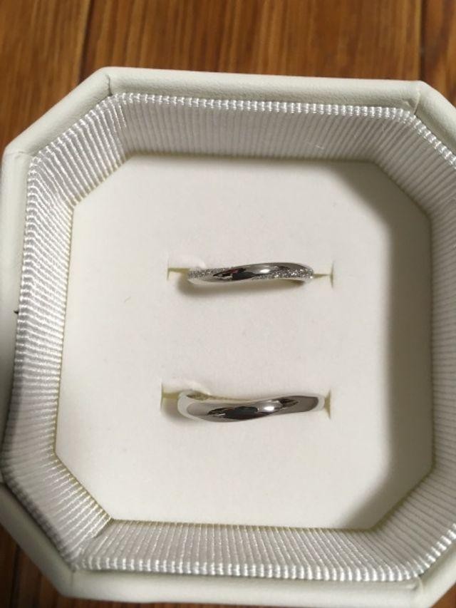 中央がシルバー、両サイドのウェーブ部分にダイヤが入ってる。