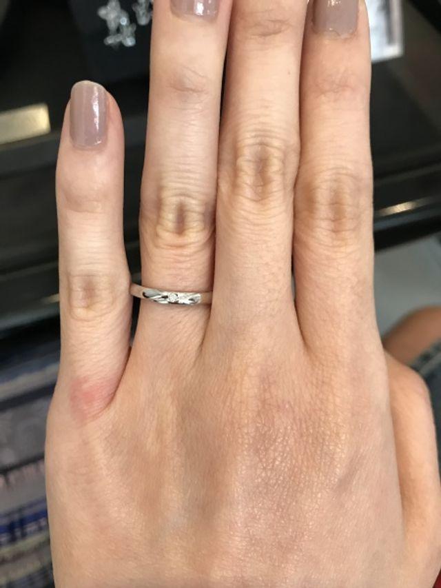 デザインがシンプルでダイヤが入っていて珍しいU字ラインです。