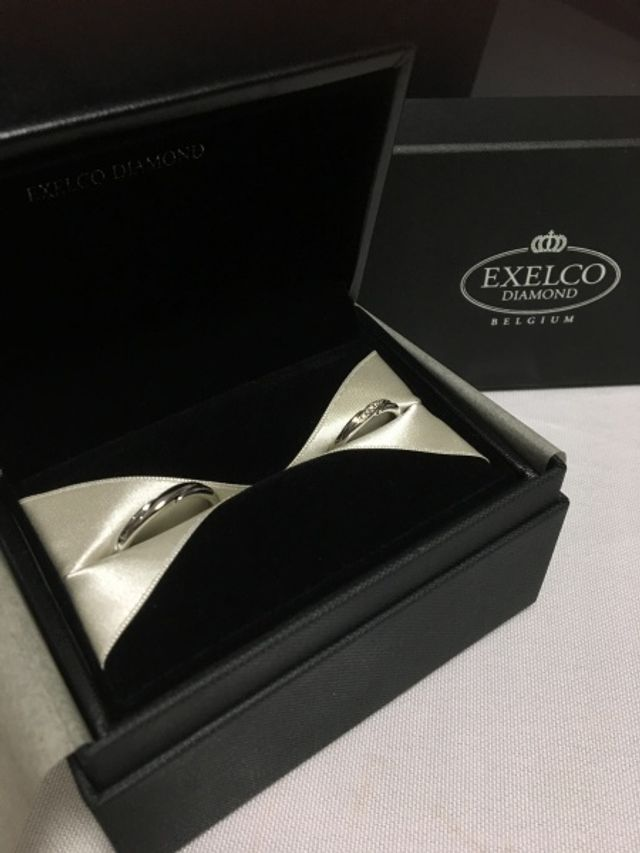 指の形や婚約指輪との重ね付けに合わせて選びました。