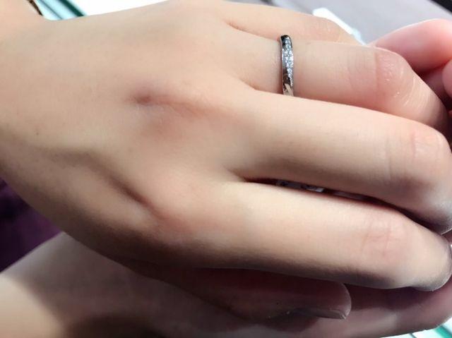 キラキラが好きなのでダイヤが少し入っているものを試着した。