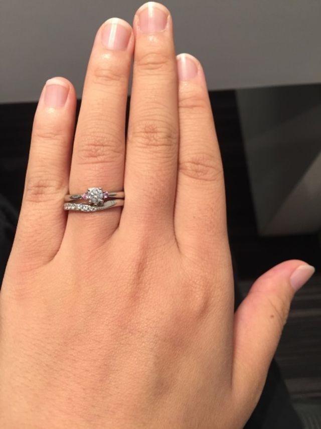 婚約指輪との重ね付けもばっちり。