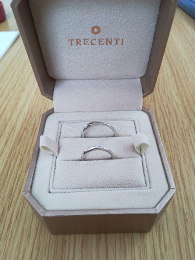 婚約指輪と重ねてつけて馴染むデザインだったので決めました。