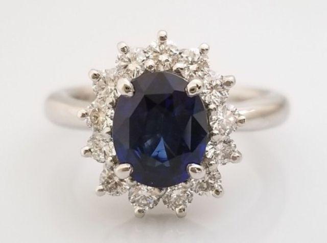 婚約指はプラチナの土台に、誕生石のサファイアをメインに