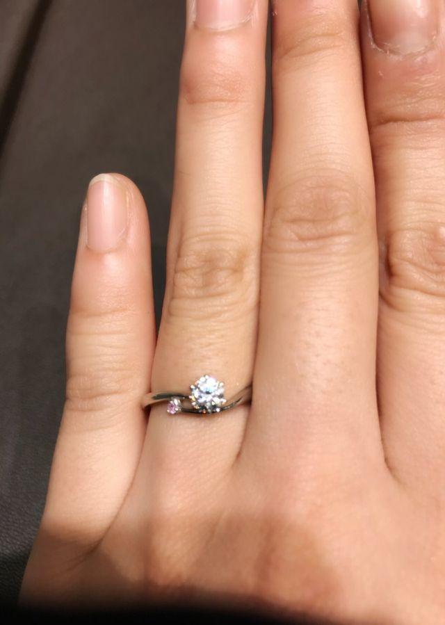ピンクダイヤがとても可愛いです。