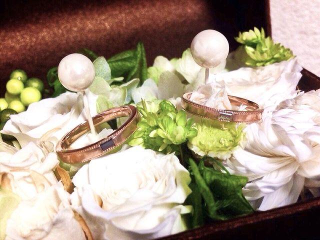 ピンクゴールドの指輪にブラックダイヤとダイヤが入ってます。