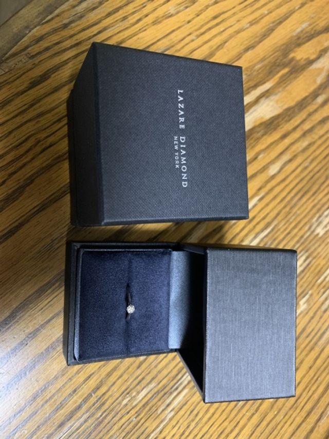 指輪が映えるシックな黒のデザインのケース