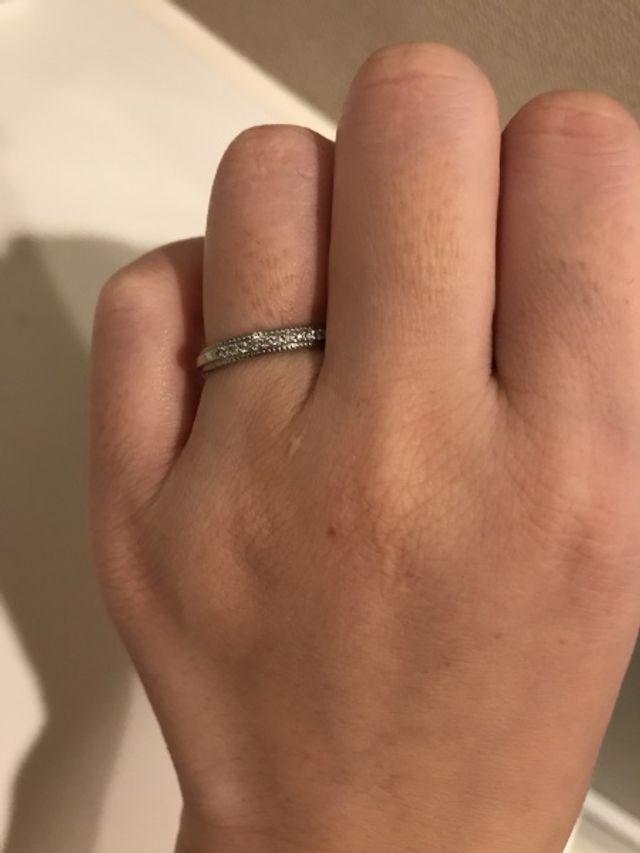 プラチナのリングにダイヤが半面はいってるデザイン