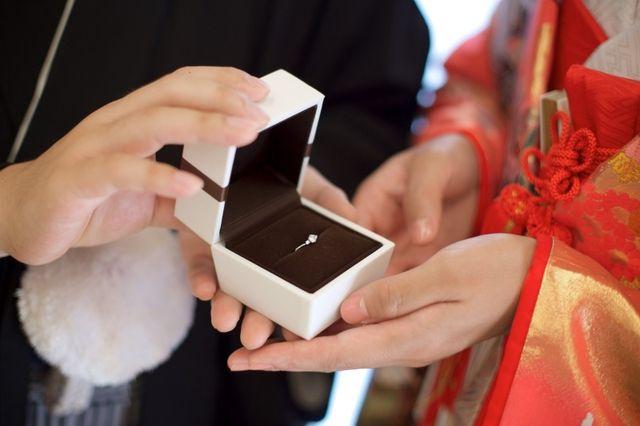 前撮りのときに改めて彼から婚約指輪をつけてもらいました。