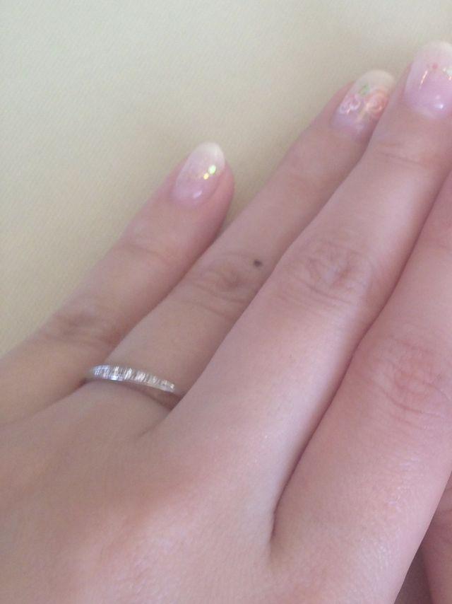 少しカーブがかったダイヤのついた結婚指輪です。