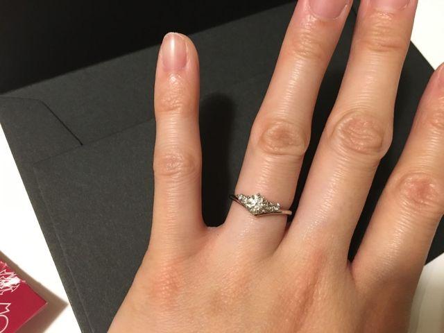 指輪をつけている写真です。