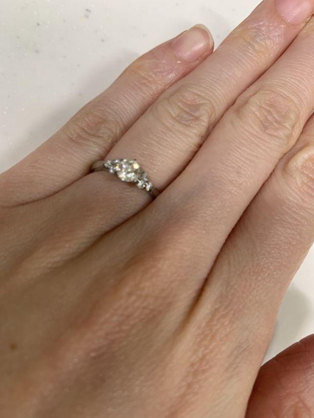 真ん中のダイヤモンドの横に、小さいダイヤモンドがついてます