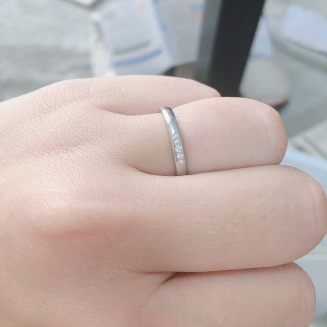 指輪を着けている写真です。とても着け心地がいいです。