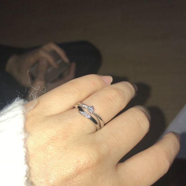 canal4℃の婚約指輪と重ね付けしながら選びました。