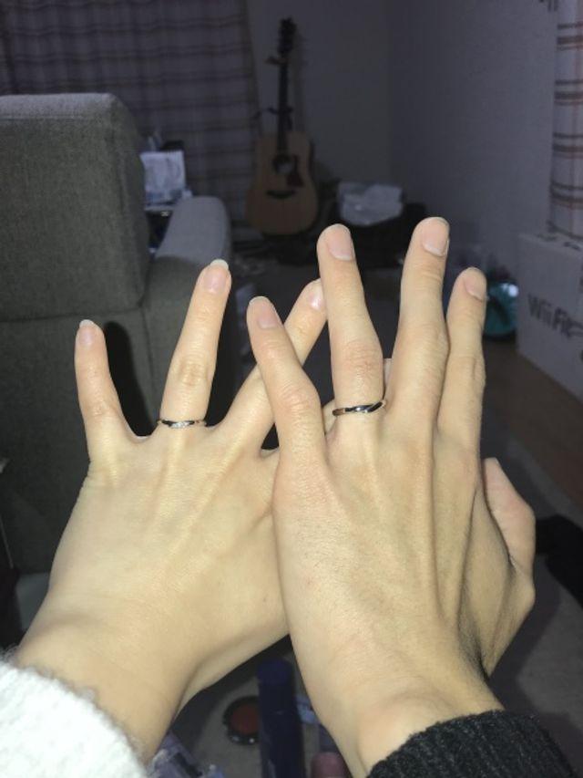 ゆるやかなV字の指輪で、ダイヤモンドが3つ付いています。