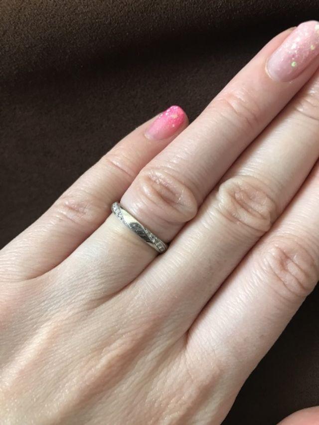シンプルでダイヤもさりげなくキラキラ光る、着けやすいデザイン