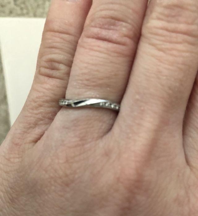 購入時のイヤーモデルの指輪で指が綺麗に見える形にしました。