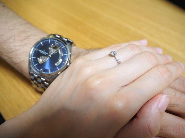 婚約指輪です。ダイヤの横にメレダイヤがついています。