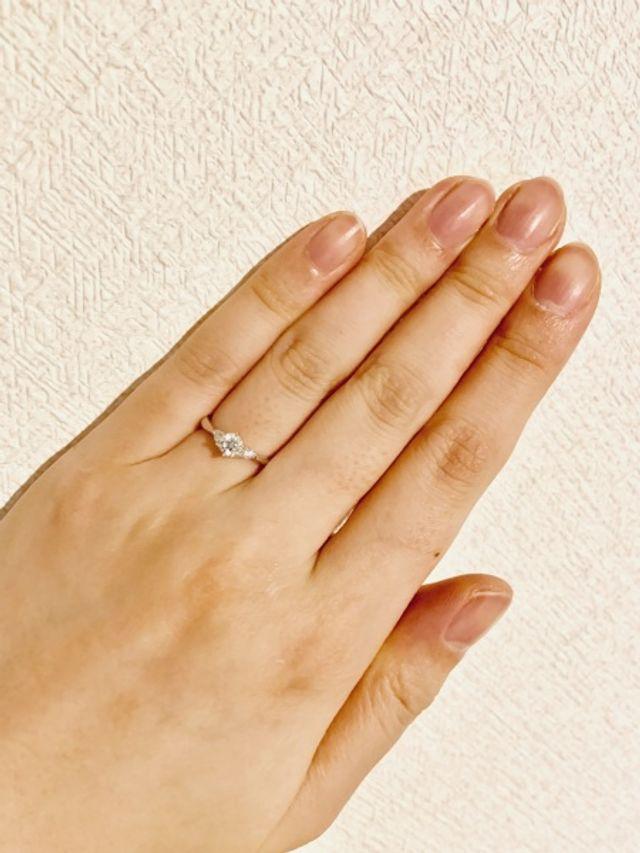 婚約指輪と一緒に着けやすいストレートラインの指輪