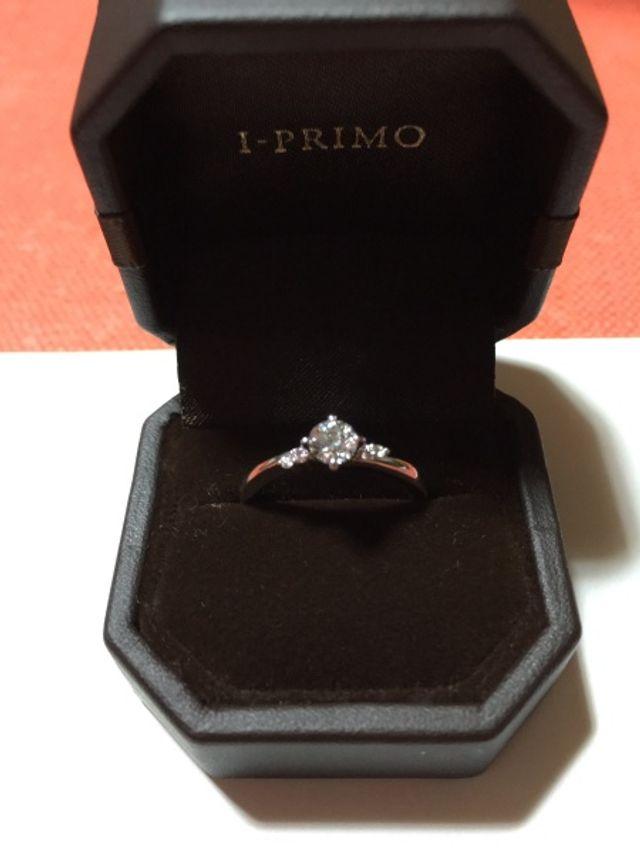 大きなダイヤとサイドにピンクダイヤをあしらったデザイン