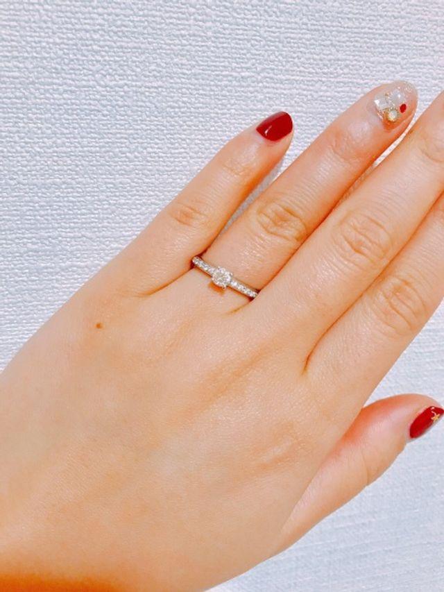 細かいダイヤが指を動かすたびに輝き、華やかな印象。