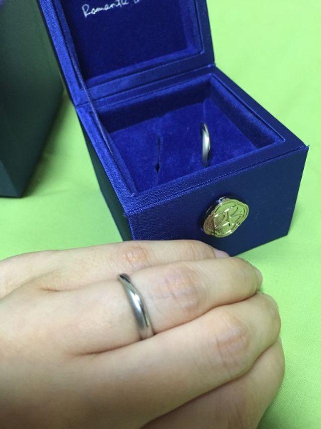 手前が妻用、奥が夫用です。裏面に青い宝石と刻印があります。