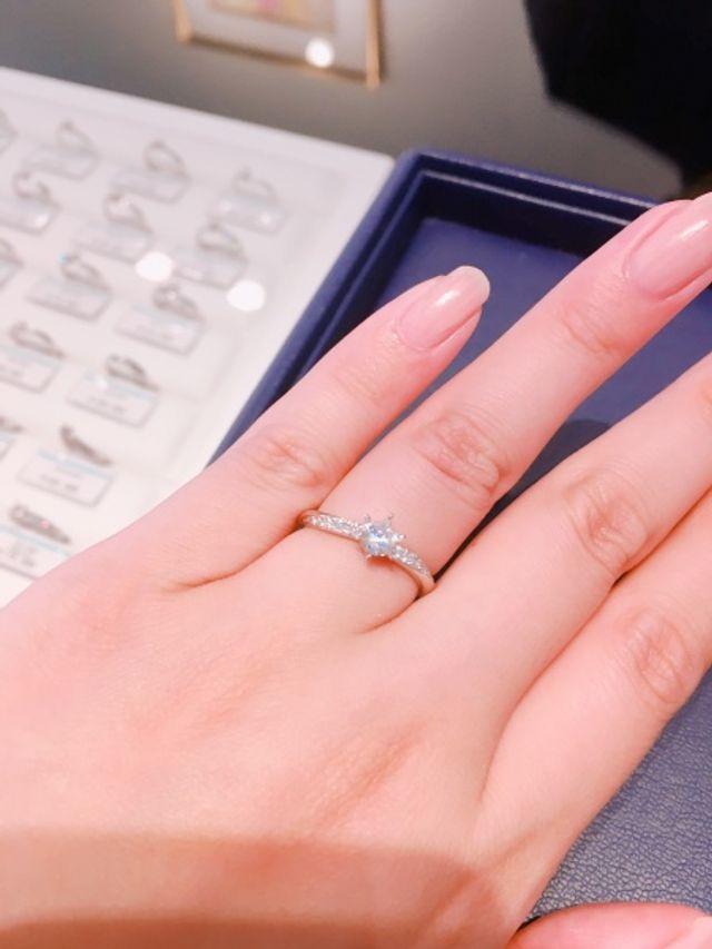 小さなダイヤが入っているのでキラキラ輝いてすごく綺麗です