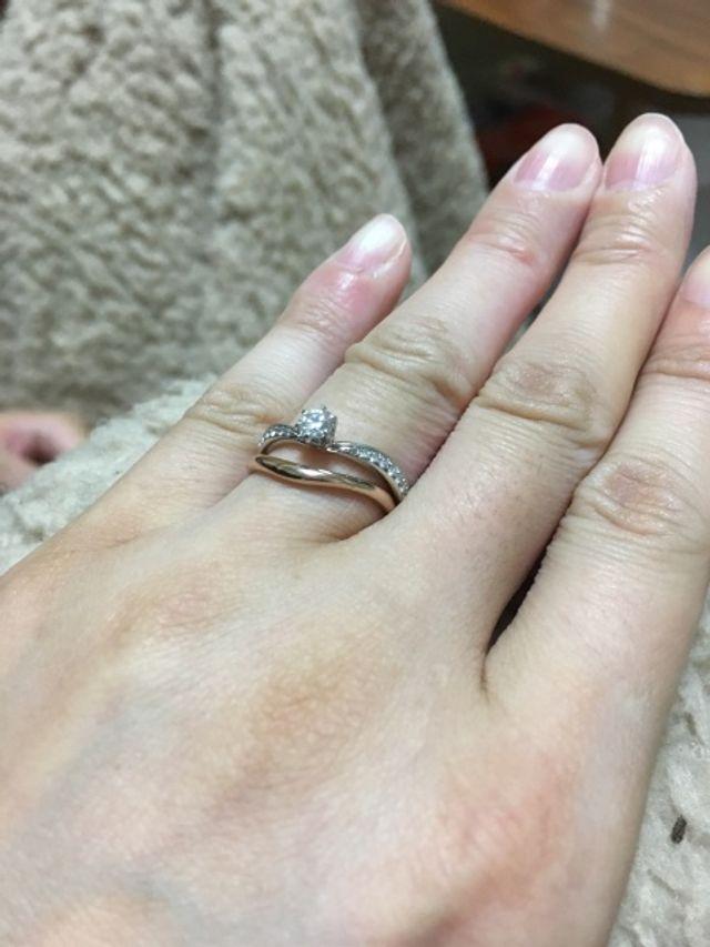 婚約指輪と結婚指輪の装着具合を確かめた写真です。