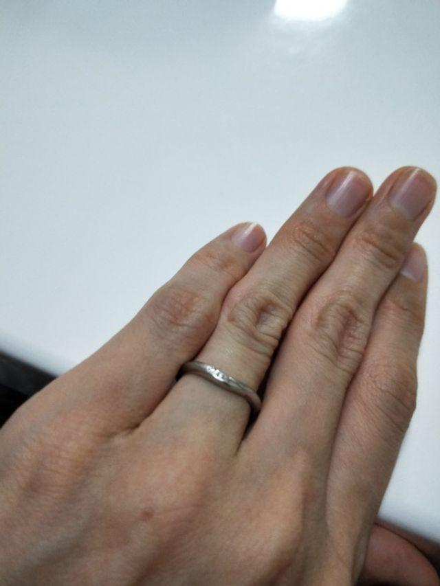 シンプルな中にもカーブが綺麗で指を長く細く魅せてくれる