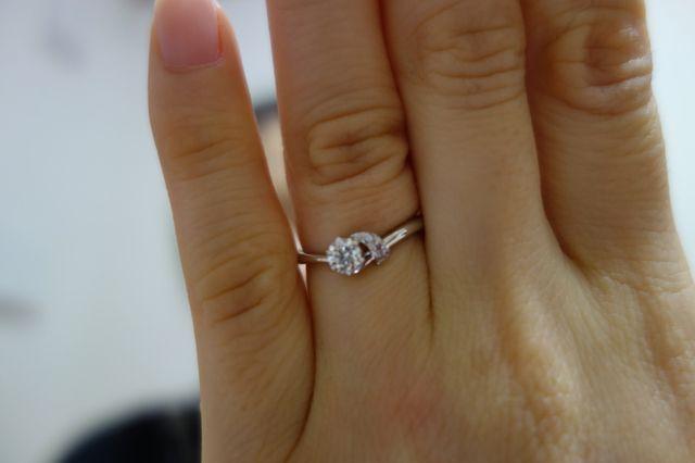 ダイヤモンドのサイドにピンクダイヤモンドが飾られています。