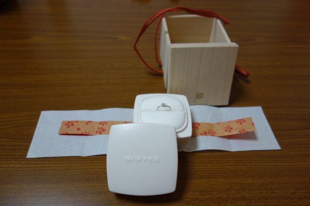 桐の箱に陶器の入れ物が入り、その陶器の中に指輪が入ってます。