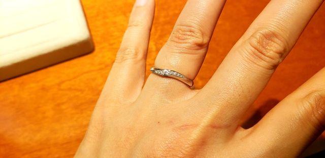 ウェーブで指がキレイに見えて大粒ダイヤがキラキラしてます!