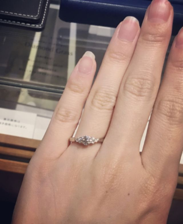 ダイヤが7つ付いているブーケのような婚約指輪です。