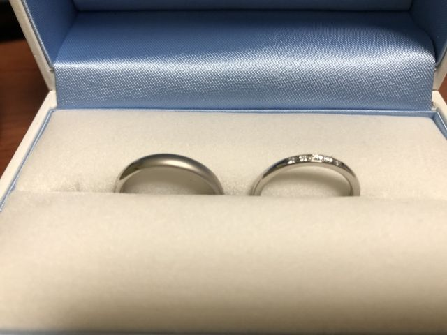 男性は半分艶消し加工、女性の指輪はダイヤが5つ並んだもの