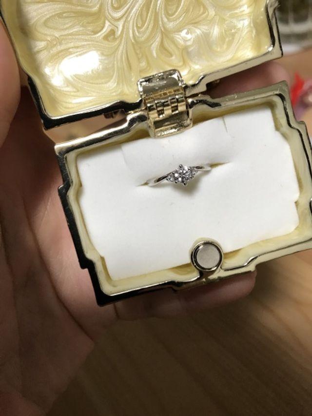 V字デザインの婚約指輪