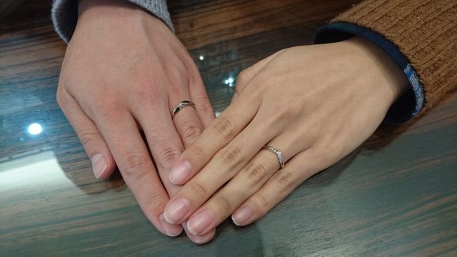 結婚指輪を受け取りに行った時に撮っていただいた写真です。