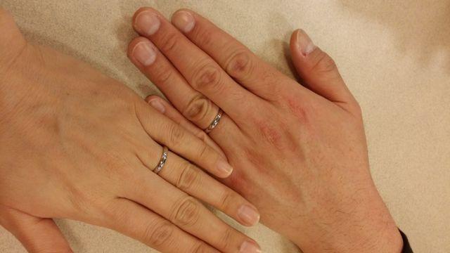 入籍当日に2人で撮ったものです。同じデザインの指輪です。