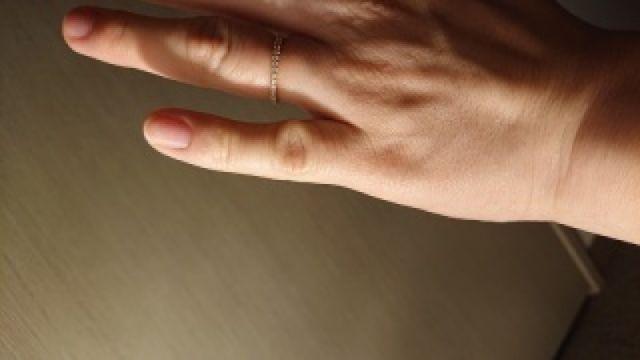 細いデザインで指も細くキレイに見えます。キラキラが素敵