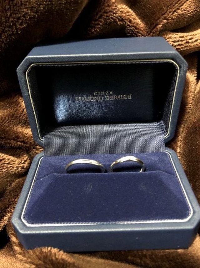 指輪をボックスに入れて写真を撮りました