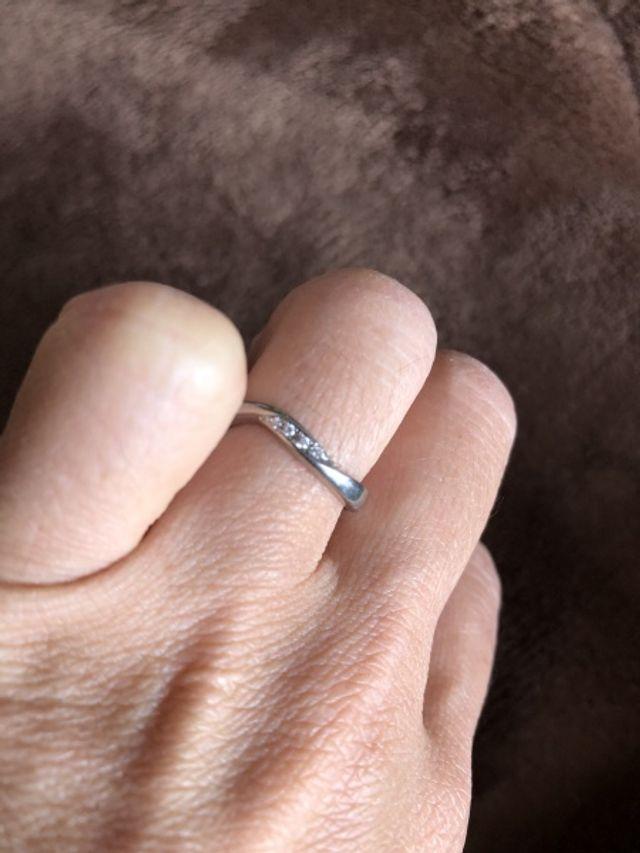 プラチナでダイヤが4つあしらってあり可愛いらしいデザインに!
