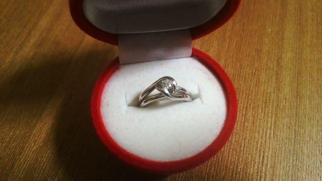 とても珍しいデザインで、曲線が女性らしく美しい素敵な指輪です