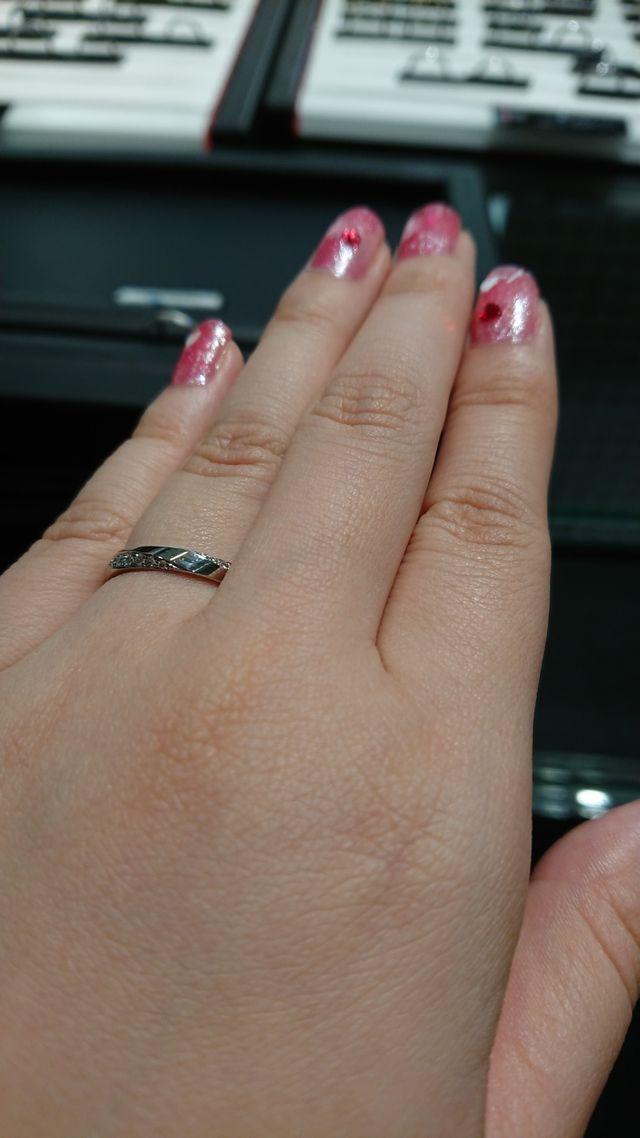 鋭角なラインとダイヤでスタイリッシュなデザイン