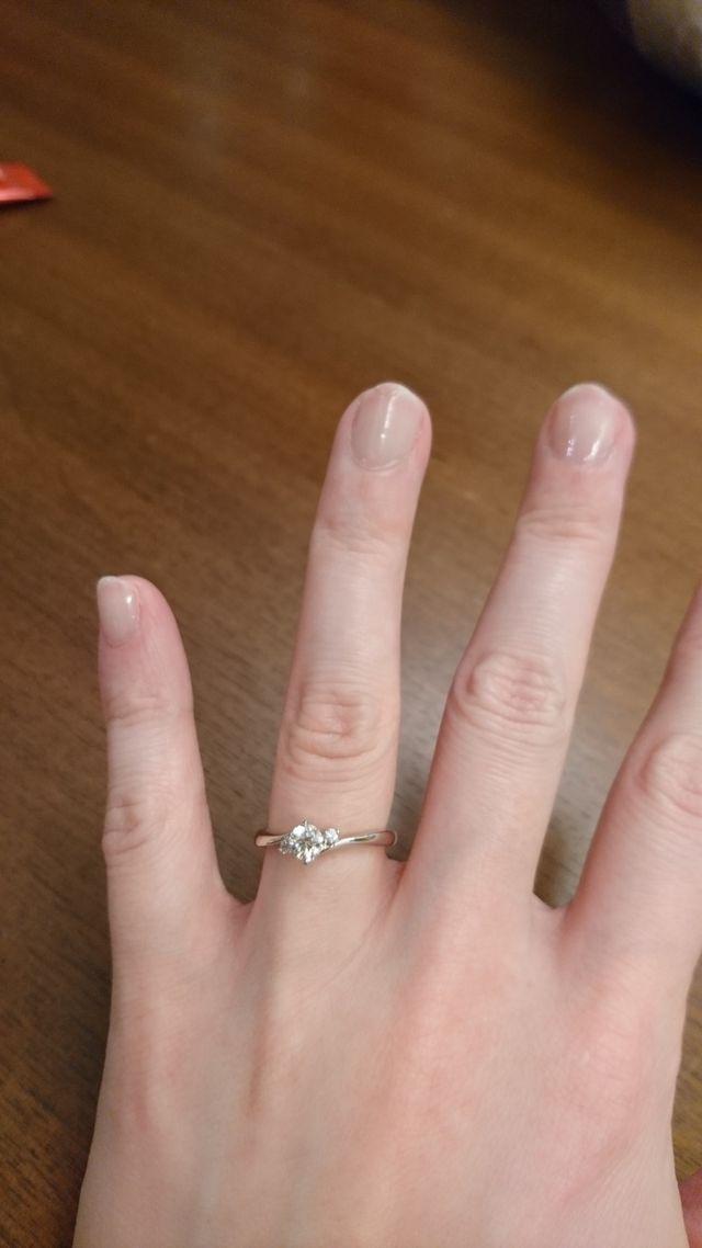 真ん中のダイヤに両サイドのプチダイヤの輝きがきれい。