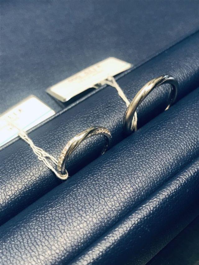 着けているとハッピーになれるペアの結婚指輪です。
