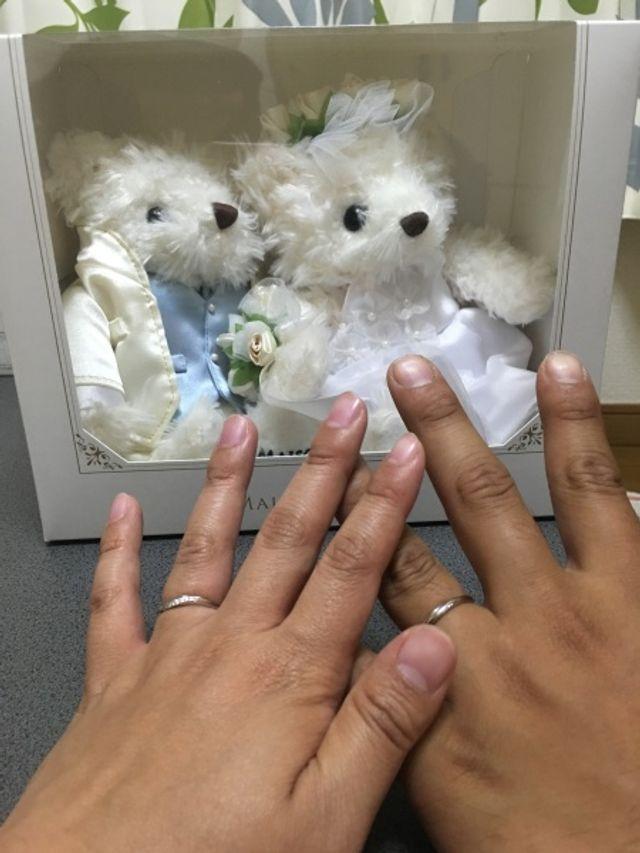 夫婦で付けた指輪。奥の人形は指輪と一緒にもらった